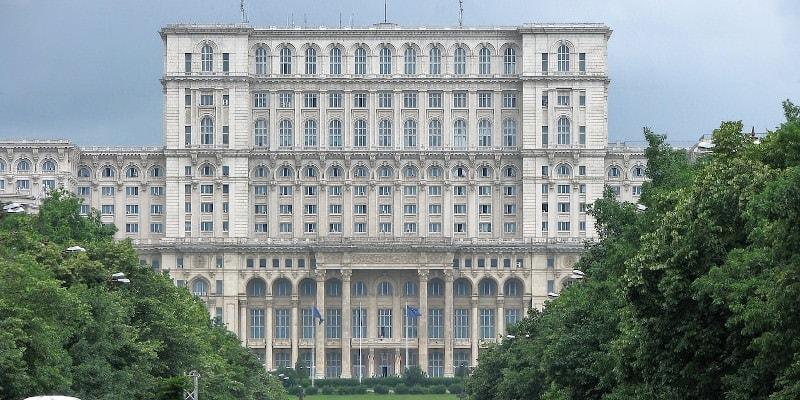 Proiect cel puțin ciudat în Parlament: Câțiva aleși încearcă să legalizeze construcțiile ilegale
