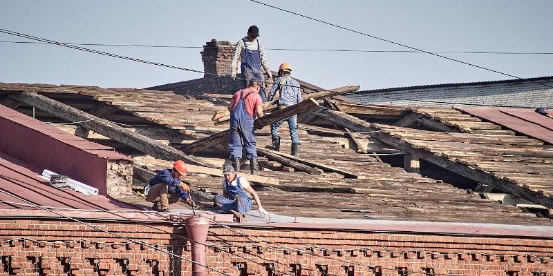 Revista presei – 18 februarie 2021: O proprietară a reparat acoperișul pe banii ei, dar nu i-a mai recuperat și a luat și amendă
