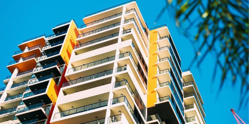 Revista presei – 13 mai: Pot proprietarii din ansamblurile rezidențiale să își închidă balcoanele?