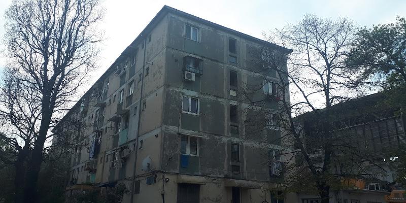 Faţadele nereparate ale blocurilor vechi din București, un pericol